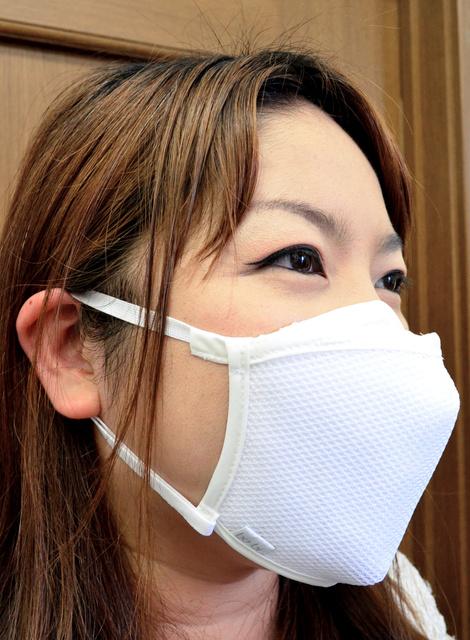 ジカ熱対策のために開発されたマスク「bo-bi PRO」。装着しているだけで蚊を寄せ付けにくくなるという=愛知県豊橋市大村町