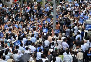 東京都知事選候補者の街頭演説に集まった支持者ら=14日午前10時39分、東京都内、仙波理撮影