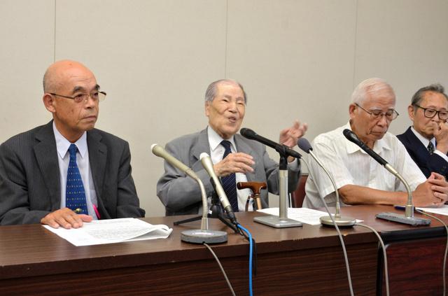 国際署名への協力を訴える県被団協の坪井直理事長(左から2番目)や佐久間邦彦理事長(左)ら=広島市役所