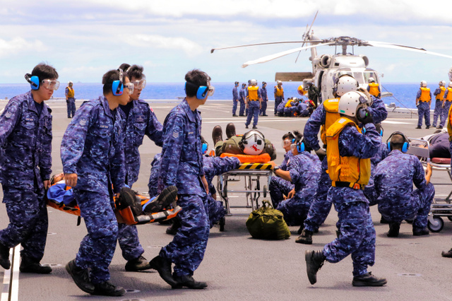 リムパックの人道支援・災害復旧訓練で、海自護衛艦「ひゅうが」で、米兵らを搬送する自衛隊員=13日、ハワイ沖、佐藤武嗣撮影