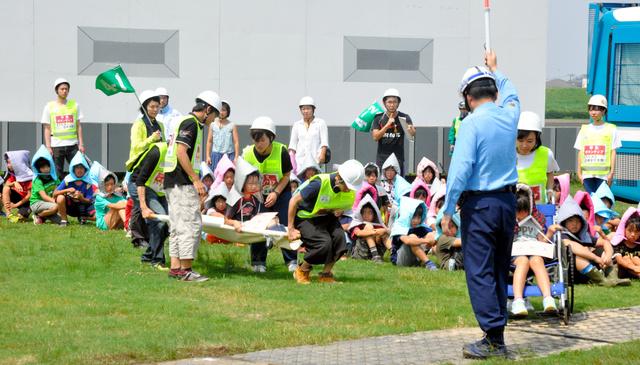 学生ボランティアが担架や車いすを使い、小学生の避難を助けた=江戸川区