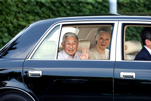 葉山御用邸を出て、皇居に向かう天皇、皇后両陛下=14日午後4時32分、神奈川県葉山町、金川雄策撮影