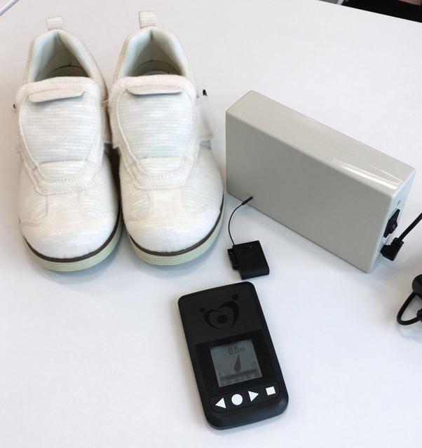 アキレスなどは、靴に発信器を装着して認知症患者の早期発見につなげるシステムを開発した=東京都新宿区