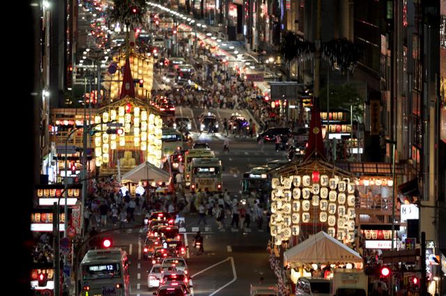宵々々山を迎え、山鉾の提灯に明かりがともった=14日夜、京都市下京区、佐藤慈子撮影