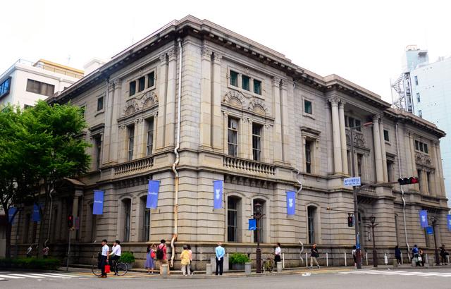 解体される「ファミリアホール」=神戸市中央区相生町1丁目