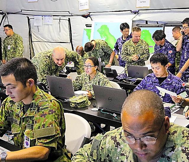 人道支援・災害復旧訓練で、自衛隊と米軍両幹部が同一テント内の「軍民共同調整所」で作業した=11日