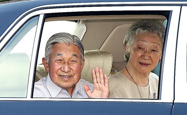 葉山御用邸を出て、皇居に向かう天皇、皇后両陛下=14日、金川雄策撮影