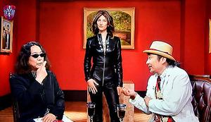 スージー・クアトロ風の革スーツをまとうアシスタント(中央)に、みうらじゅん(左)と安斎肇(右)は「これ、チャックどこまで下げられる?」