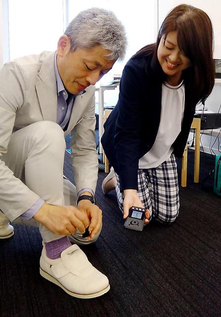 アキレスなどが開発した小型発信器を装着できる介護用シューズ=東京都新宿区