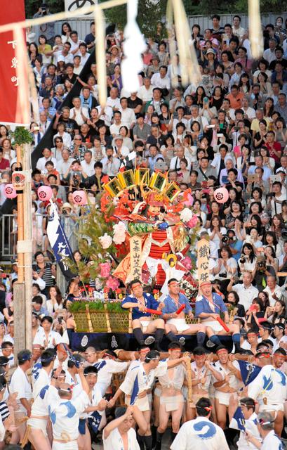 勢いよく櫛田入りする七番山笠「大黒流」=15日午前5時30分、福岡市博多区、長沢幹城撮影