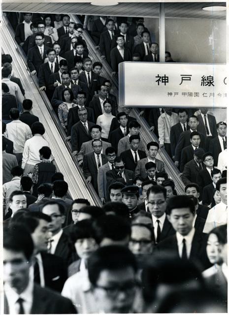阪急梅田駅のエスカレーター(1967年10月撮影)。両側立ちのようだが、この時点で「左側を空けるように」というアナウンスも行われていた