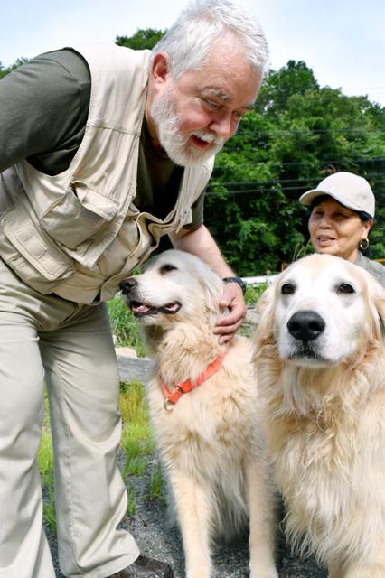 ベレゾフスキーさんと災害救助犬。右はグーニー=愛知県岡崎市