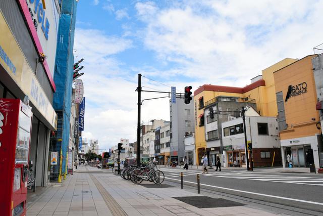 アーケードが撤去されたままの神明通り商店街=会津若松市中町
