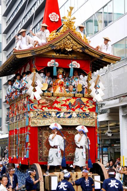 長刀鉾。破風や梁などが技巧を凝らした錺金具で華やかに覆われている=祇園祭山鉾連合会提供