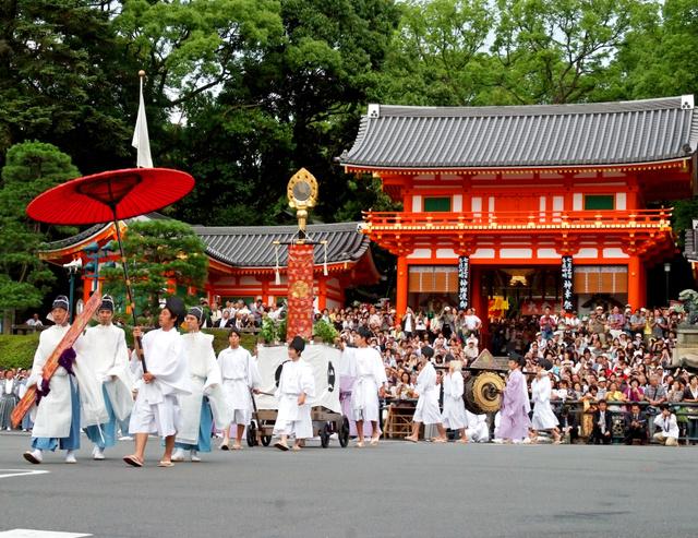 祇園祭で、神輿に先立ち「勅板」を先頭に神宝を捧げ持つ氏子の行列=八坂神社提供