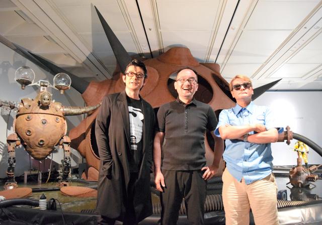 映画のセットにもなる原子炉をイメージした作品の前でポーズをとる永瀬正敏さん、ヤノベケンジさん、林海象監督(左から)