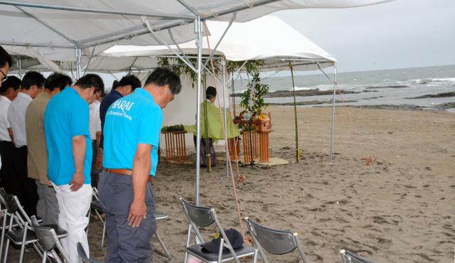 海水浴場の開設を前に執り行われた安全祈願祭=大洗町の大洗海岸