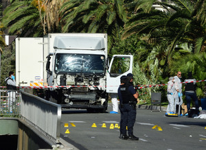 犯行に使われた大型トラックの周りでは警察の鑑識作業が続いていた=15日午前、フランス南部ニース、松尾一郎撮影