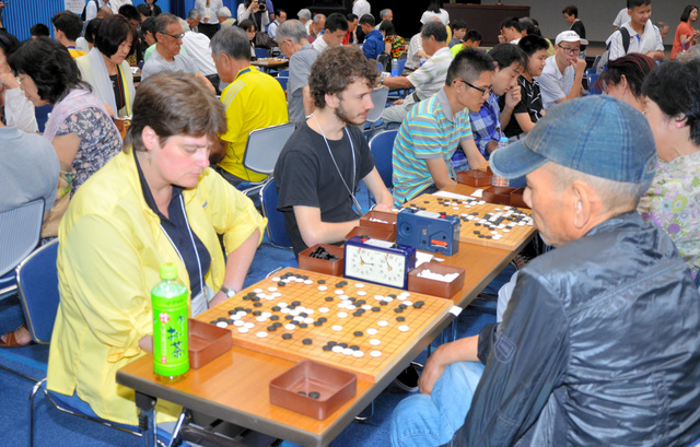 囲碁の対局を楽しむ参加者=宝塚市栄町2丁目