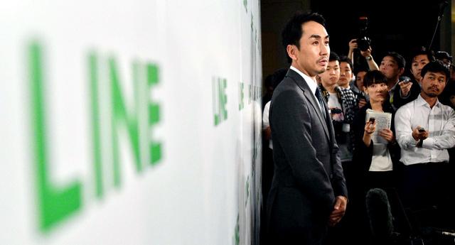記者の質問に答えるLINEの出沢剛社長=15日午後4時33分、東京都千代田区、恵原弘太郎撮影