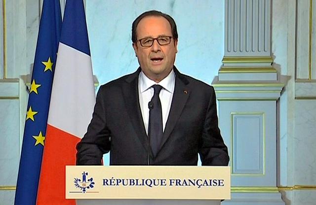 パリで15日、花火の見物客に大型トラックが突っ込んだ事件を受けてテレビ演説するオランド仏大統領=AP