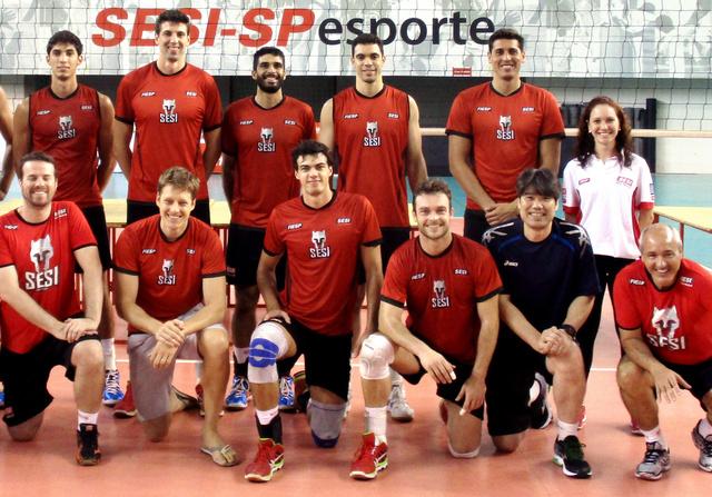 留学先のブラジルのクラブ「SESI」の選手と荻野正二さん(前列右から2人目)。同国リーグの強豪だ=荻野さん提供