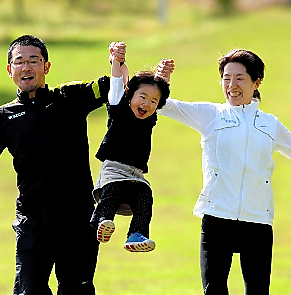 娘の優苗さん(中央)、夫の周平さん(左)と。09年の鹿児島・徳之島合宿で=本人提供