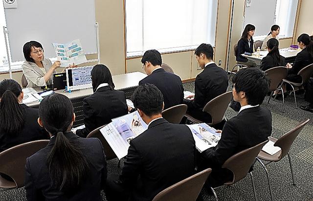 法政大が学内で開いた企業説明会=5日