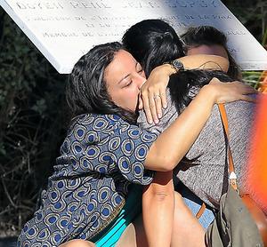 仏南部ニースで15日、事件現場近くで抱き合う犠牲者の家族=AP