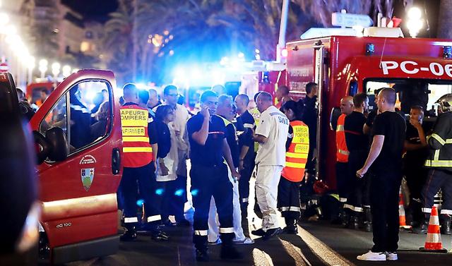 仏南部ニースで14日、大型トラックが人々をなぎ倒した事件現場で救助にあたる警察や消防隊員ら=AFP時事
