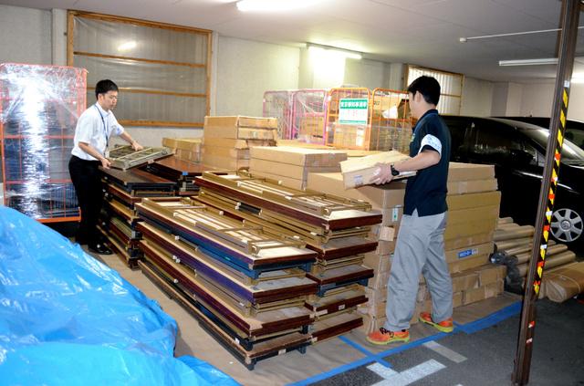 狛江市役所では、公用車2台分の駐車場に選挙道具を保管している=15日午後、東京都狛江市