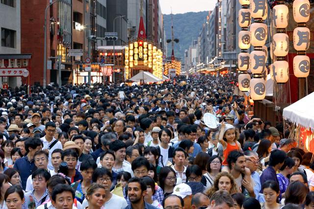 歩行者天国となった四条通は大勢の人たちでにぎわった=16日、下京区、佐藤慈子撮影