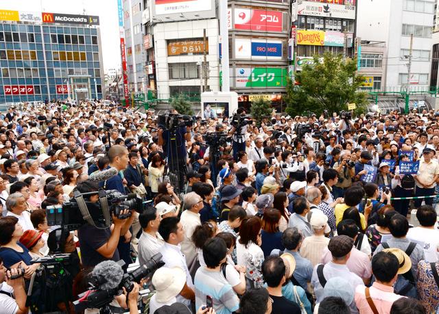 候補者の演説に耳を傾ける人たち=16日午後4時30分、東京都内