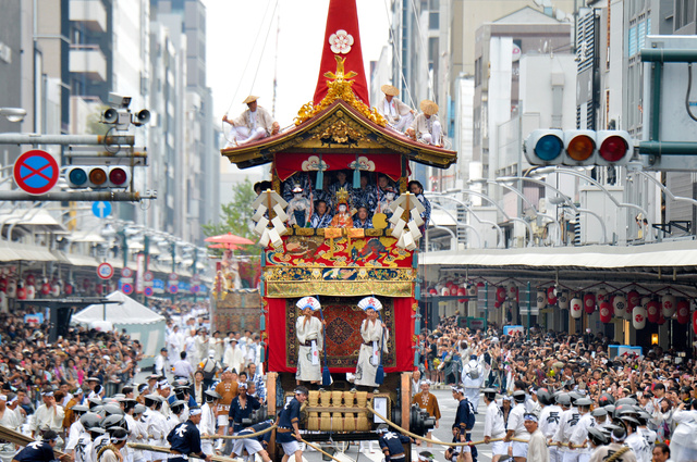 四条通を進む長刀鉾=17日午前、京都市下京区、高橋一徳撮影