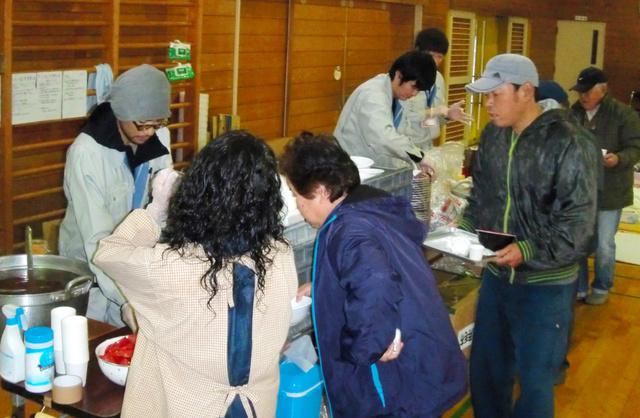 避難所で食事を準備する大熊町職員=4月27日、熊本県南阿蘇村の白水小学校(大熊町提供)