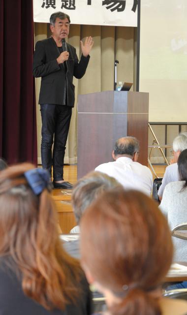 「新国立競技場では長野県産材を使いたい」と話し、会場から拍手を受けた建築家の隈研吾氏=駒ケ根市