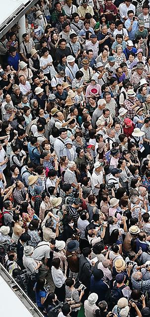 候補者の演説を聴く人たち=17日午前、東京都内、長島一浩撮影