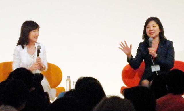 「国際女性ビジネス会議」で語り合う稲田朋美政調会長(左)と野田聖子前総務会長=東京都港区
