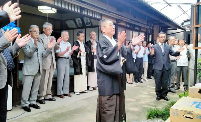 八幡山町会所の庭にある八幡宮で「吉符入」があり、町内全員で無事を祈願した=18日、中京区三条町