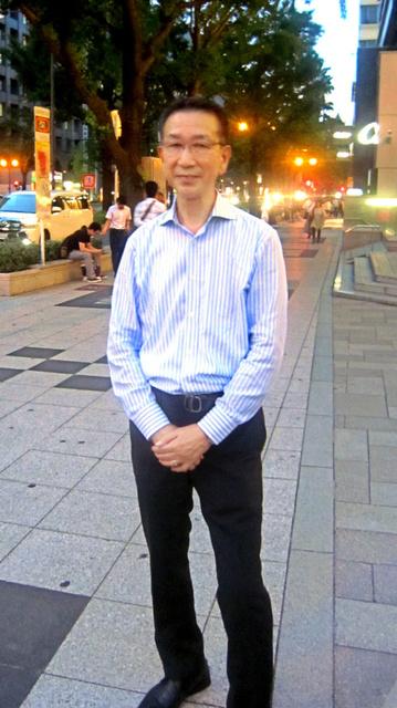 御堂筋と長堀通が交わる新橋交差点近くに立つ成松孝さん