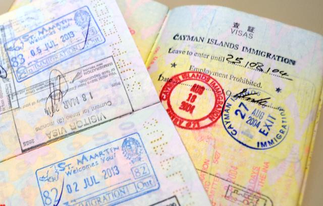 男性コンサルタントのパスポートには、ケイマン諸島などタックスヘイブンのスタンプが押されていた