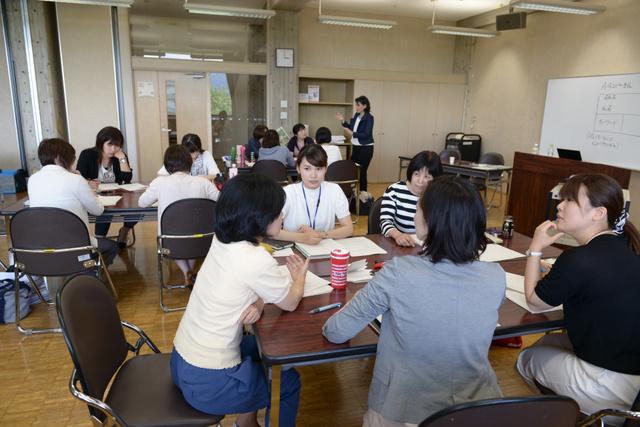 女性の管理職養成をめざす福井県の「未来きらりプログラム」で、グループワークをする参加者たち=福井市、伊藤弘毅撮影