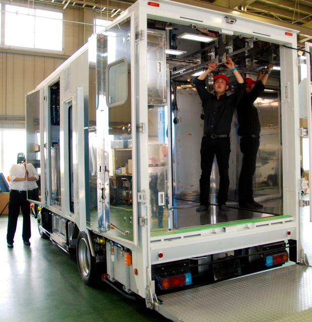 披露された解体車。手前の部屋で解体された肉が奥の保冷室へ運ばれる=新潟市の北村製作所