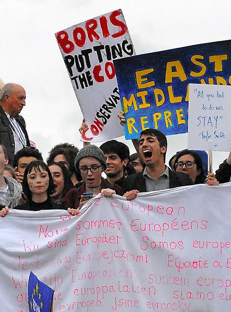 EUからの離脱が決まった国民投票のやり直しを訴える若者たち=6月28日、ロンドンのトラファルガー広場