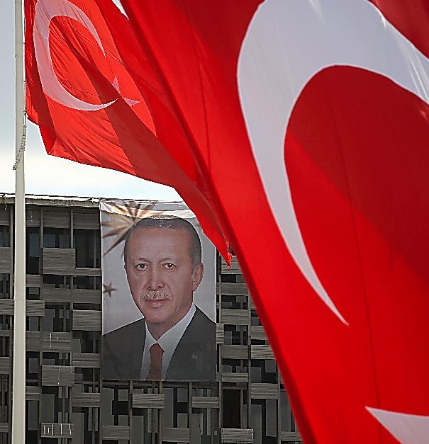 タクシム広場にのぞむアタチュルク文化センターの外壁には巨大なエルドアン大統領の肖像画が掲げられていた=19日午前、イスタンブール、矢木隆晴撮影