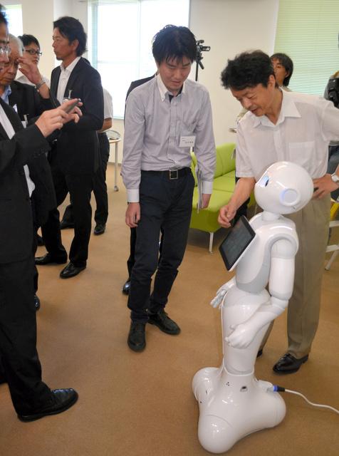 お披露目されたセンターでは、学生のプログラミング実習用などのために購入した感情認識ロボットが人気を集めていた=彦根市馬場1丁目の滋賀大データサイエンス教育研究センター