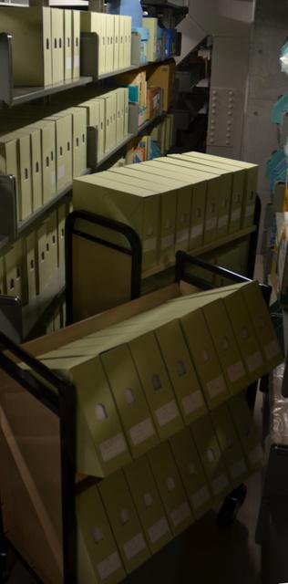 書庫に収蔵されている資料。書架に並べると延べ約16メートルに及ぶ=東京都豊島区の立教大共生社会研究センター