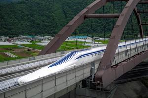 実験線を走るリニア新幹線の車両