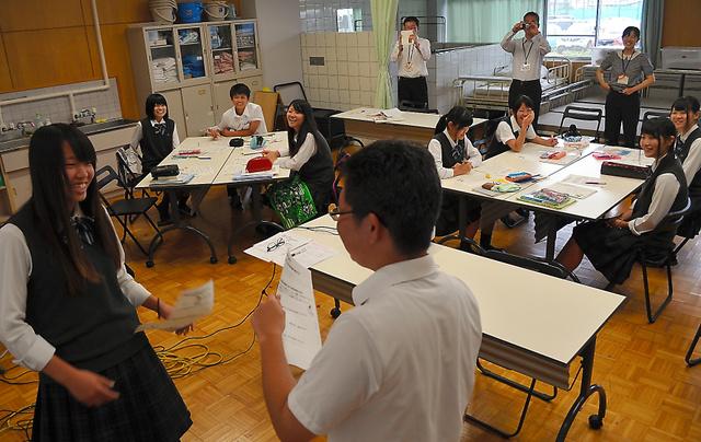 食事をしたことを忘れてしまった認知症の人との対話を実演する生徒たち=富士宮市弓沢町の県立富岳館高校