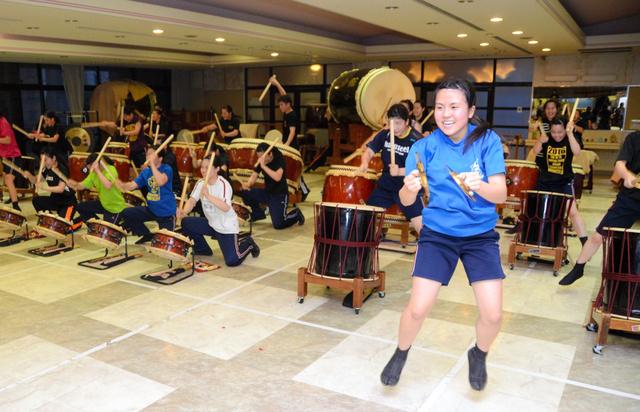総文祭を前に、金属楽器「ジャンガラ」のパートを練習する熊本市立必由館高校和太鼓部の和田梓さん(手前)=熊本市中央区